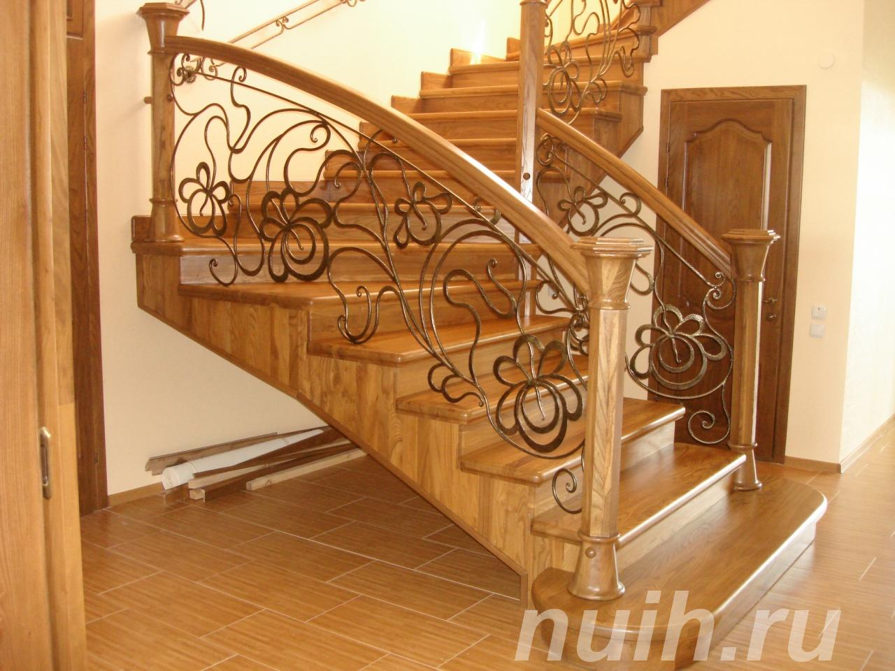 Деревянные лестницы второго этажа,